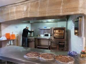 La cuisine dans l'ancienne cheminée du Moyen-Age