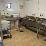 Une salle de lavage des aliments pour la cuisine du château