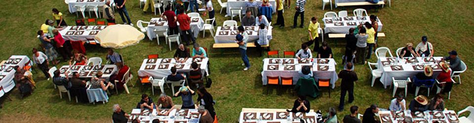 La pelouse reçoit des tables lors des réceptions