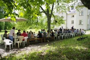 Repas de fête en bordure du Parc du Château de Saint Bonnet de Valclérieux