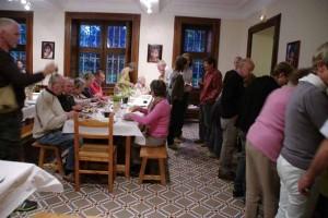 Dans la salle de restaurant du Château de Saint Bonnet de Valclérieux, un soir de fête familiale
