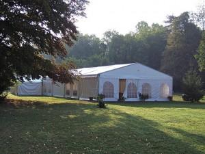 Un barnum de reception dans le parc